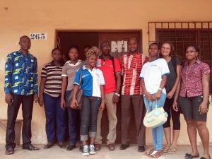 Una pasante de Projects Abroad junto al personal del Togo en su proyecto de Desarrollo Internacional en África Occidental