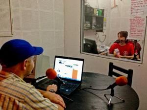 Voluntario durante programa de radio en Argentina