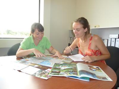 Practicante de periodismo en Costa Rica preparando reportaje