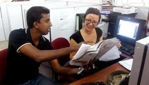 Periodista local apoyando a pasante de periodismo en Sri Lanka
