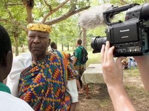 Pasante de periodismo entrevistando a local en Togo