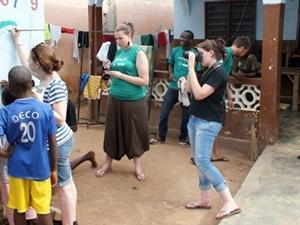 Pasantes de periodismo en Togo haciendo grabación