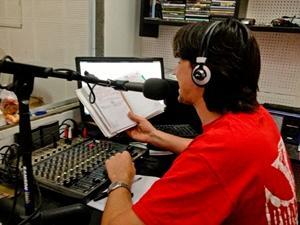 Un voluntario del Proyecto de Periodismo en radio en Vietnam