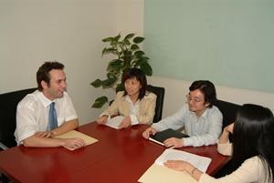 Pasantes de Leyes en China durante reunión con abogados