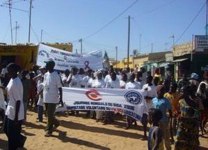 Pasantes de derechos humanos participando en marcha en Senegal