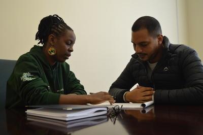 Equipo local en Oficina de Derechos Humanos en Sudáfrica preparándose para reunión con voluntarios