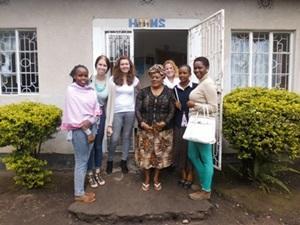 Voluntarias del proyecto de Derechos Humanos de Projects Abroad y mujeres de la comunidad en Arusha, Africa.
