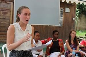 Voluntaria del proyecto de Derechos Humanos de Projects Abroad y realizando consejería legal en Arusha, Africa.