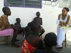 Pasante de derechos humanos durante taller con niños en Togo