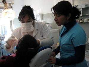 Voluntaria de Projects Abroad asistiendo a una dentista local en Argentina