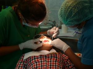 Una voluntaria de Projects Abroad trabaja junto a un profesional local de Camboya en el proyecto de Odontología en Camboya