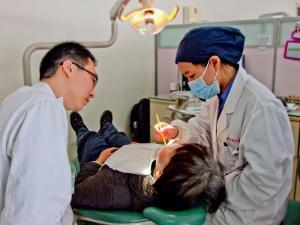 Projects Abroad trabaja con profesionales locales de Shanghái en el proyecto de Odontología en China