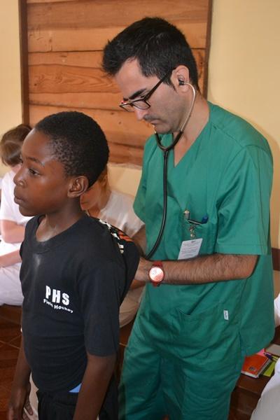Un voluntario del proyecto de Medicina de Projects Abroad realiza una evaluación a un niño en Jamaica.