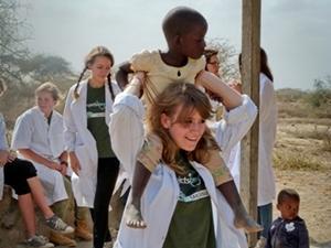 Voluntaria del Proyecto de Medicina con una niña de Tanzania