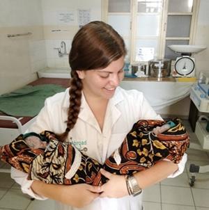 Voluntaria del Proyecto de Partería con dos bebés en un hospital en Tanzania