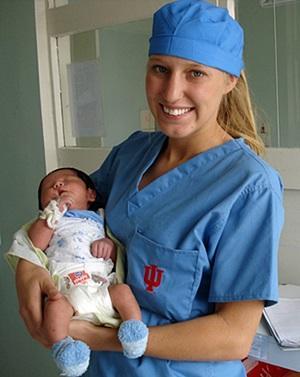 Una voluntaria con un bebé recién nacido en brazos en un hospital en Mongolia, en el Proyecto de Partería