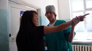Un voluntario junto a una paciente en el Proyecto de Fisioterapia en Mongolia