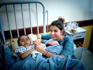 Voluntaria junto a niño en el Proyecto de enfermería en Bolivia