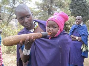 Una madre Maasai alimenta a su bebé en Tanzania