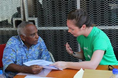 Pasante de nutrición explica a hombre resultados de pruebas médicas en Ghana
