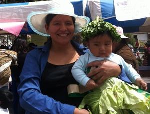 Una madre posa a la cámara con su hija en Urubamba, Perú