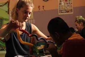 Una voluntaria del proyecto de Terapia Ocupacional trabaja con un niño en Camboya