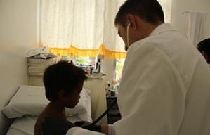 Voluntario de medicina durante consulta con niño en Filipinas
