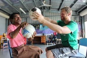 Un paciente realiza deportes junto a un voluntario como parte de la terapia en el proyecto de Fisioterapia en Samoa