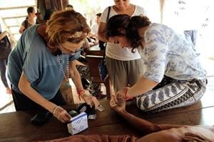 Un hombre de Camboya recibe tratamiento de manos de los internos de Projects Abroad del proyecto de Salud Pública.