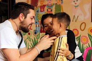 Internos de Projects Abroad en el Proyecto de Salud Pública en un jardín infantil en Camboya.