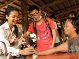 Voluntarios atendiendo Camboyana