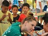 Voluntaria atendiendo Filipino