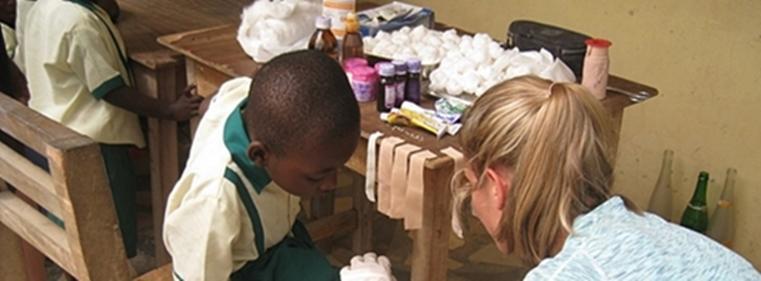 Voluntaria de medicina cura a niño