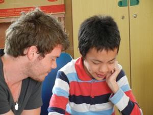Logopeda ayuda a un niño vietnamita en uno de los centros de rehabilitación
