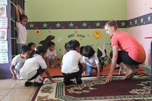 Voluntaria enseñando baile a un grupo de niños en Ecuador
