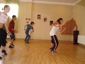 Voluntaria dirigiendo clase de baile en Rumanía