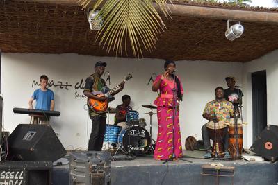 Voluntario tocando en vivo con grupo senegalés en San Luis