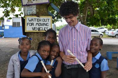 Maestro de música y sus alumnos en Jamaica