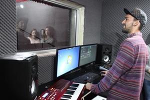 Voluntario del proyecto de Producción Musical con Projects Abroad trabaja con artistas en la grabación de voces en Sudáfrica.