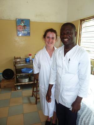 Voluntaria y personal local en proyecto para Psicólogos en Togo