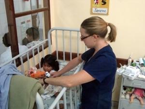 Terapeuta Ocupacional durante tratamiento en proyecto para profesionales en Bolivia