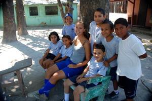 Una voluntaria de Projects Abroad junto a niños de una escuela primaria en el Proyecto de Deportes Escolares en Costa Rica