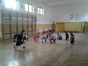 Niños rumanos participando en ejercicios de calentamiento en proyecto de Deportes