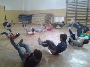 Voluntario y niños durante calentamiento en proyecto de Fútbol en Rumanía