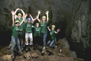 Voluntarios del proyecto de Conservación durante una excursión a las Cuevas Terciopelo en el parque nacional Barra Honda en Costa Rica