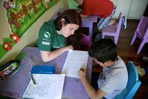 Una voluntaria del Proyecto de Enseñanza de Projects Abroad enseña a uno de sus estudiantes en una escuela en Costa Rica