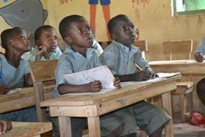 Niños de una escuela primaria en Ghana escuchan atentamente una clase como parte del Proyecto de Enseñanza