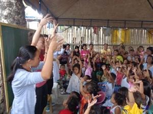 Voluntarios de Projects Abroad en Filipinas dirigiendo una clase interactiva con niños en el Proyecto de Enseñanza