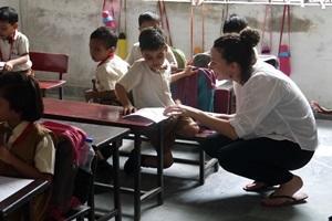 Voluntaria de Projects Abroad trabaja con niños en una escuela primaria en una escuela.