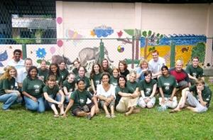 Voluntarios afuera de una clínica veterinaria en Sri Lanka.